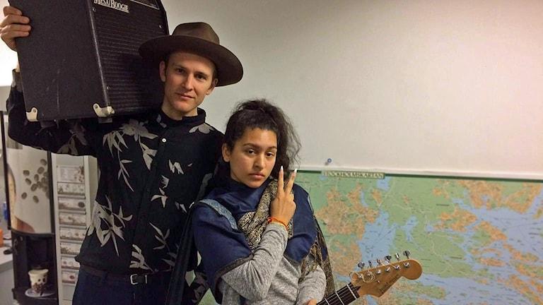 Nadia Nair och gitarristen Johan spealde live i P4 Stockholm.