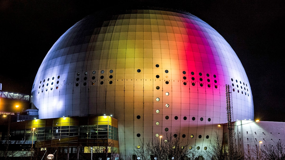 Globen lyser i Belgiens färger.