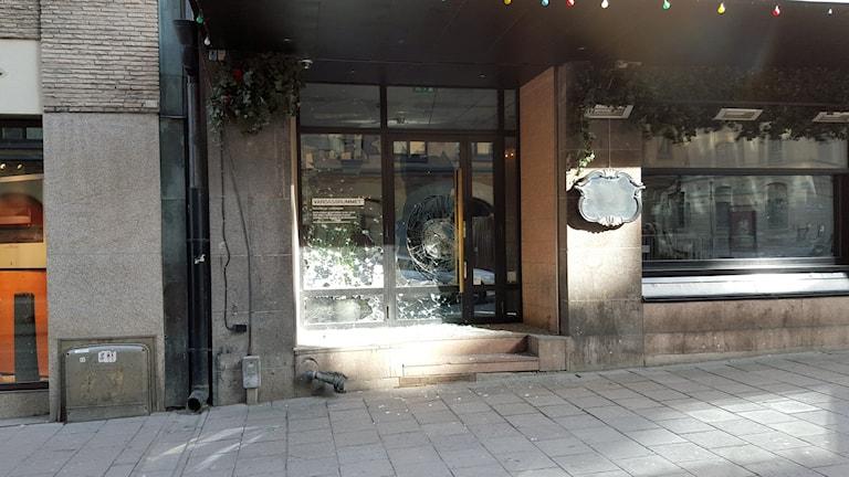 En misstänkt explosion inträffade på morgonen utanför nattklubben Vardagsrummet. Foto: Björn Lindberg/SR