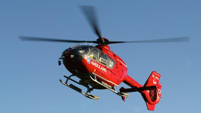 Stockholmslandstingets ambulanshelikopter på uppdrag (arkivbild).