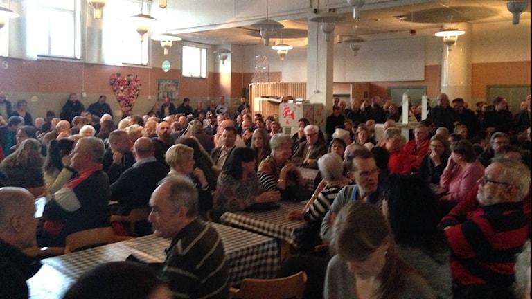 Många hundra lokalbor samlades i Sundbyskolans matsal för att diskutera de föreslagna modulhusen för flyktingar som fått asyl i Sverige.