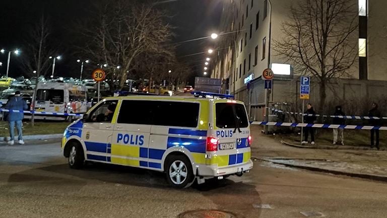 Polis i Tensta efter skjutning.