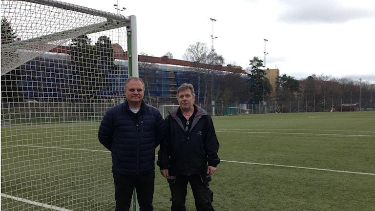 Håkan Andersson vid idrottsförvaltningen och Magnus Lund vid Grimsta IP.