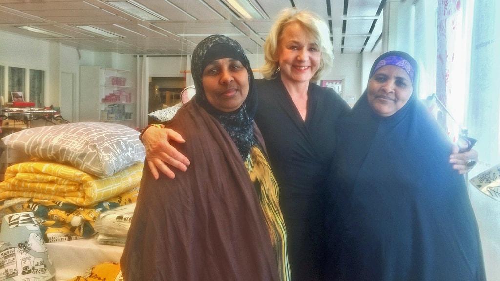 Eleverna Khadija Mahamed och Anab Diriye Keynan med verksamhetschefen Birgitta Notlöf. Foto: Christy Chamy/Sveriges Radio