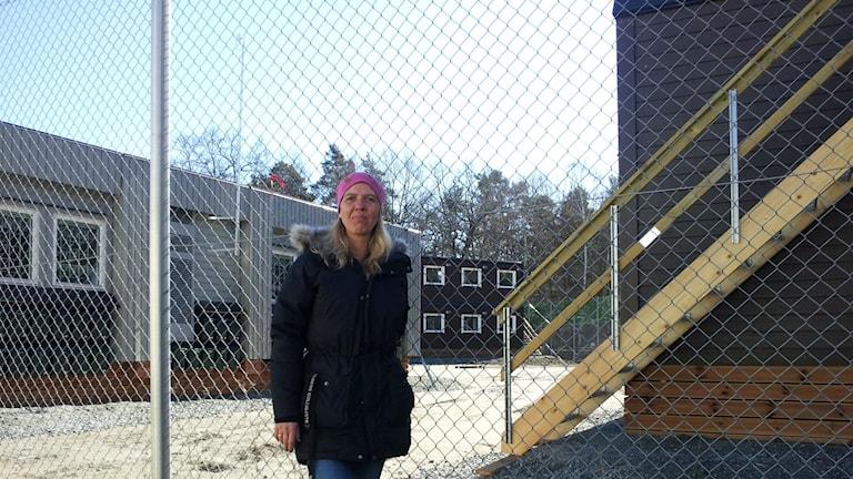 Cilla Hedberg utanför modulhusen i Fagersjö