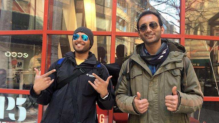 Vännerna från Pakistan bär solglasögon för första gången.