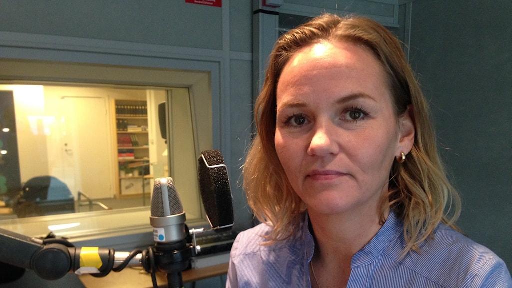 Annika Holtet har granskat häktet i Sollentuna inifrån. Hon wallraffade som säkerhetsvakt.  Hennes dagboksanteckningar blev en artikelserie i Expressen.