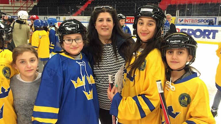 Ronna tränar hockey med Tre Kronor.