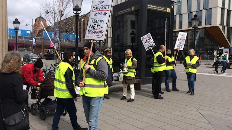 SEKO demonstrerar utanför Centralstationen i dag.