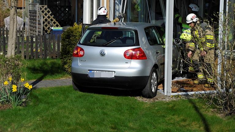 VW-bil som kört in i hus i huddinge