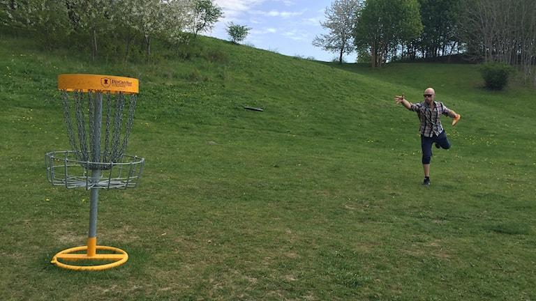 Tommy Bessner från Järva Discgolf park visar ett kast.