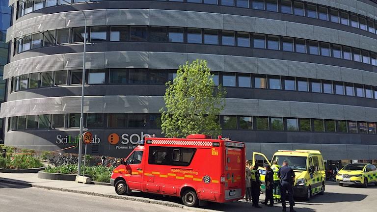 Alla 500 som arbetar i byggnaden har lämnat huset efter utsläppet.
