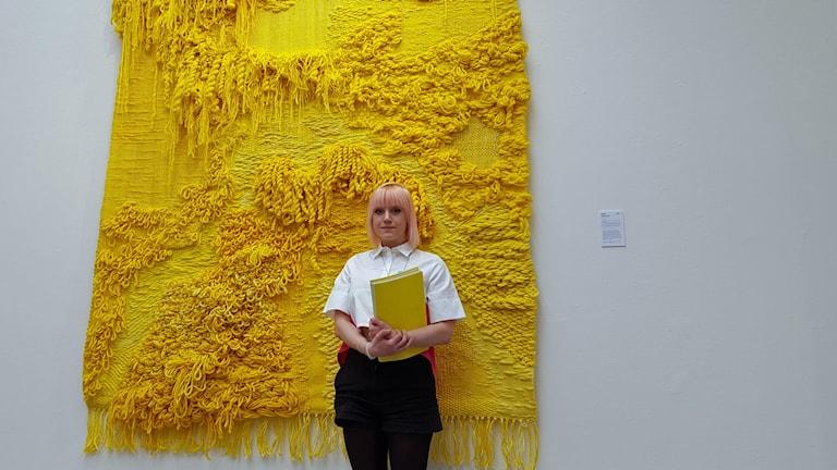 Katja Beckman visar upp sitt verk Yellow 3