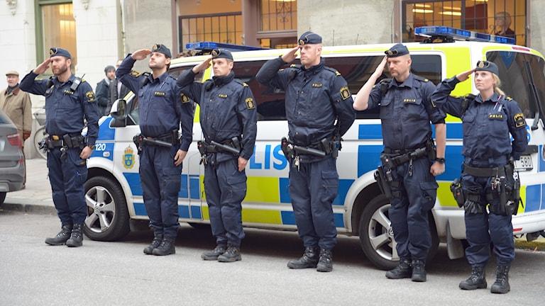 Svenska poliser hedrar offren efter terrordåden i Paris.