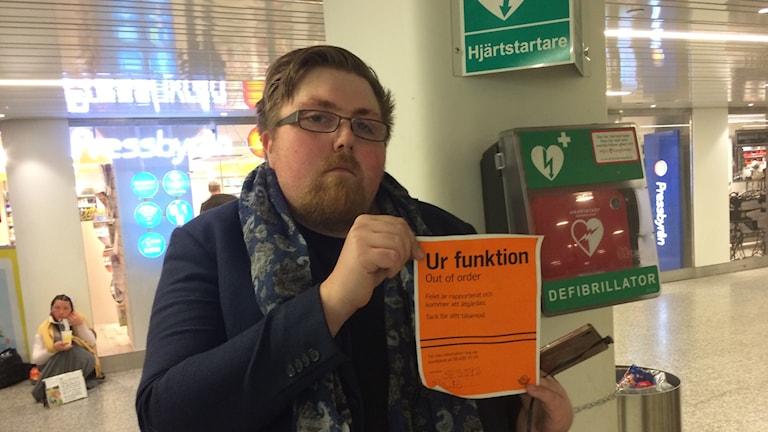 Hjärtstartare på Hötorgets T-bana som varit defekt i månader. Det vägrar Robin Hellström acceptera.