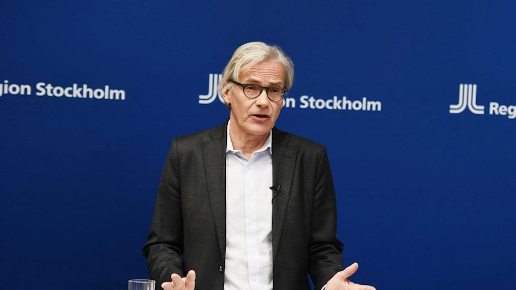 Tillförordnade hälso- och sjukvårdsdirektören Johan Bratt under en pressträff.