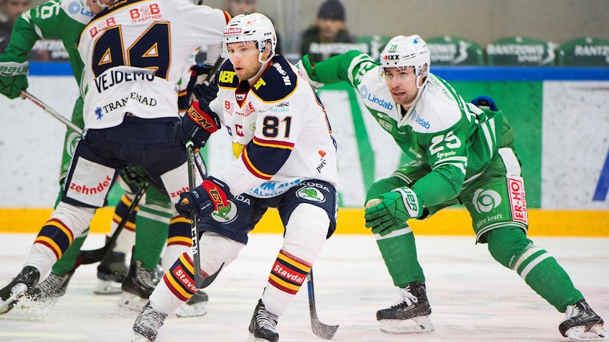 Djurgårdens Calle Ridderwall och Rögles Ludvig Rensfeldt under tisdagens ishockeymatch i SHL mellan Rögle BK och Djurgården IF i Lindab Arena.