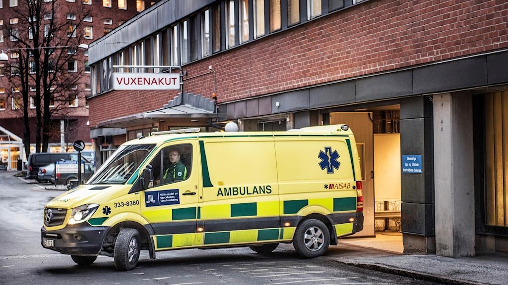 Ambulans vid intensivvårdsakuten i Solna (arkivbild).