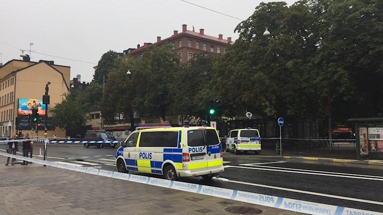 Polismannen knivskars vid tunnelbanenedgången i Björns trädgård intill Medborgarplatsen.