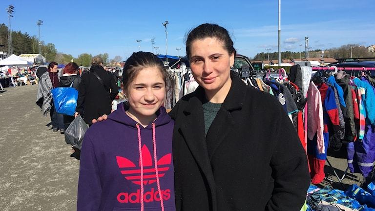 Melisa och Deniz Satici säljer barnkläder på Solvallaloppis.