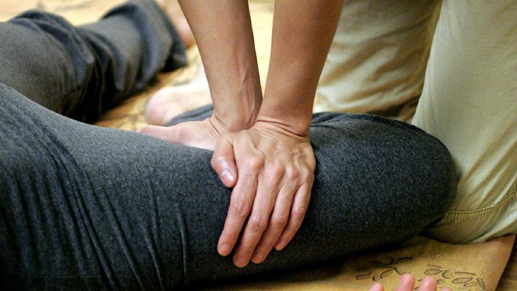En kvinna får sitt ben masserat på thailändskt vis. Foto: Pontus Lundahl/Scanpix.