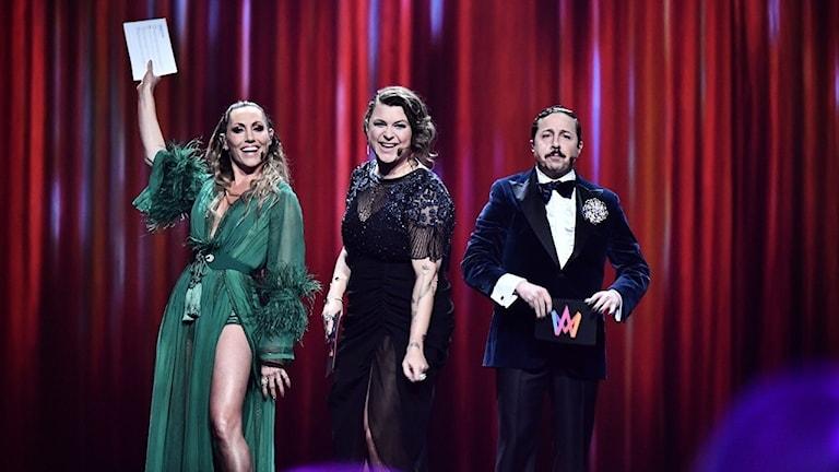 Lina Hedlund, Linnea Henriksson och David Sundin står på en scen tillsammans.