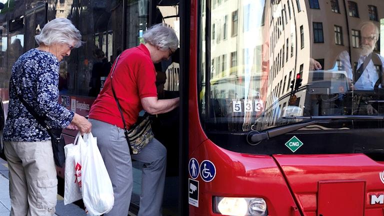 Buss med två damer som klev på