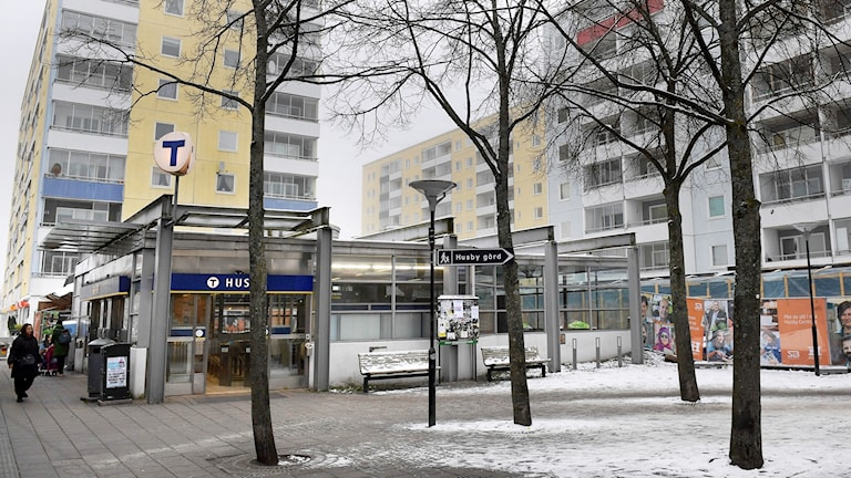 Tunnelbaneuppgång i Husby centrum.