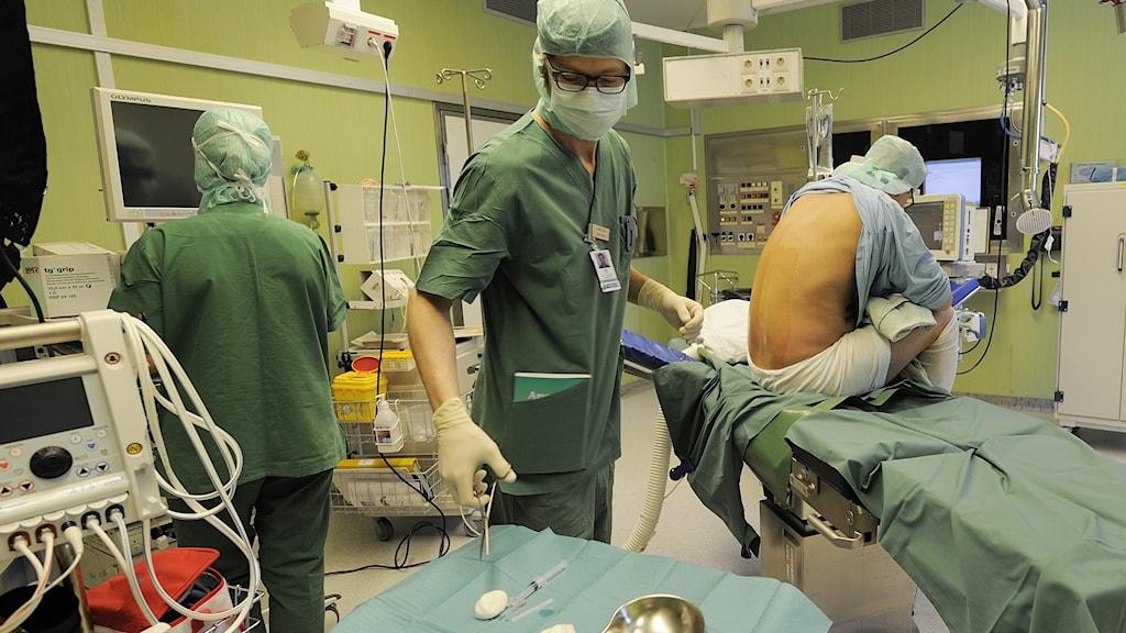 En man genomgår en knäoperation