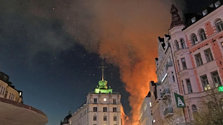 Branden syns lång väg med rök och ett rejält gnistregn.