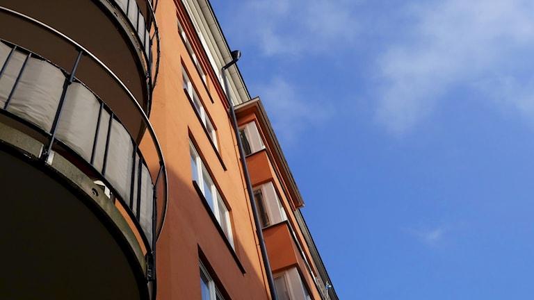 Fasad på flerfamiljshus med balkonger på Södermalm.