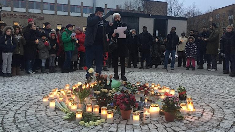 Ljusmanifestation i Vårby gård för att hedra mannen som dog av en handgranat.