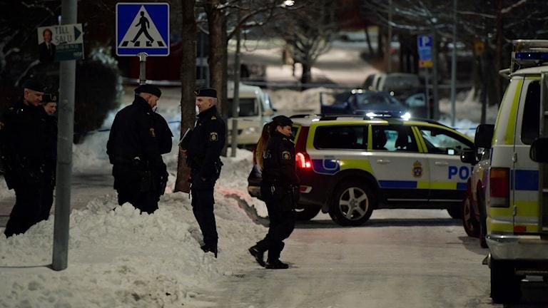 Poliser vid mordplats i Kista