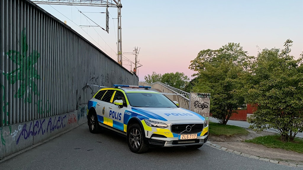 Polisen är på plats vid Årstabron.