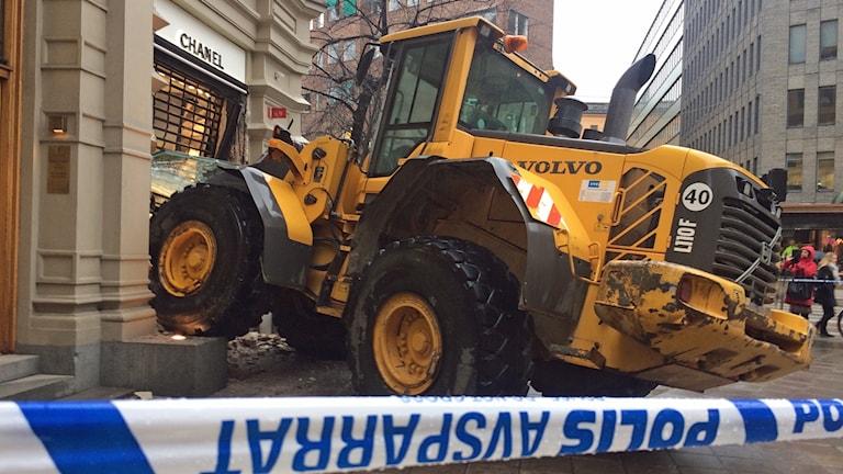 Tjuvarna försökte forcera entrén med hjälp av en lastmaskin. Men inbrottskuppen misslyckades.