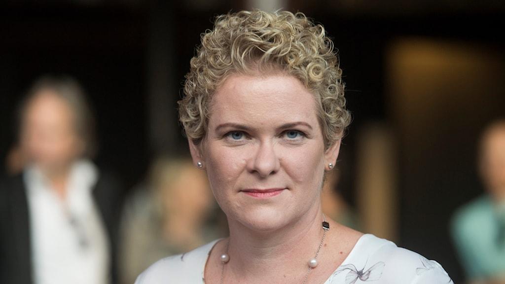 En bild på Karin Wanngård som tittar in i kameran.