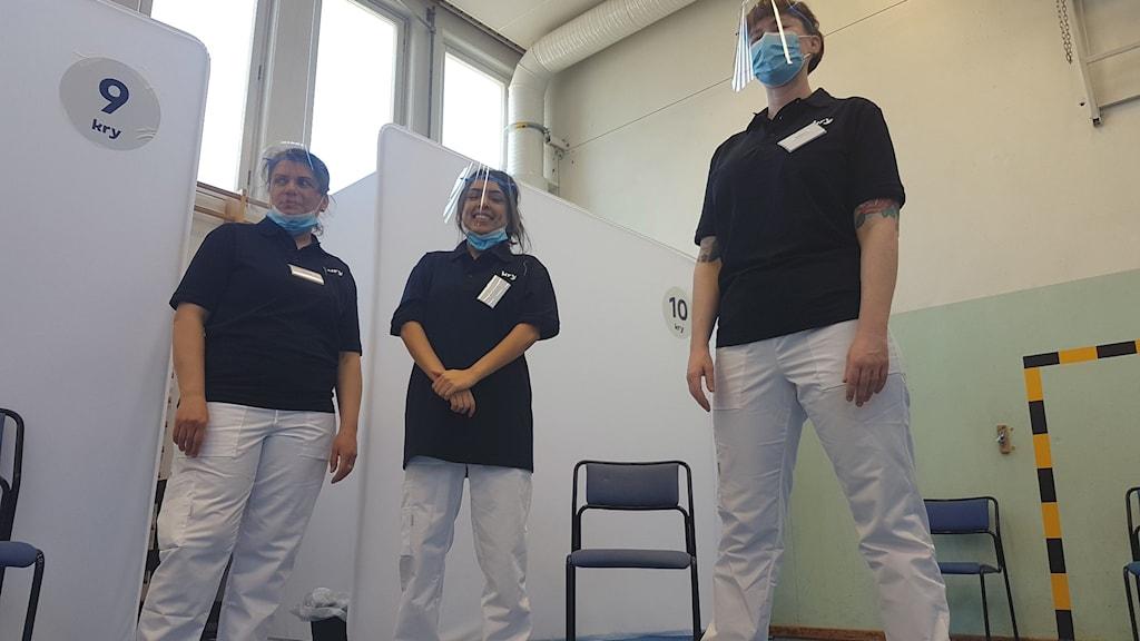 Tre sjuksköterskor som ska vaccinera boende i Rinkeby.