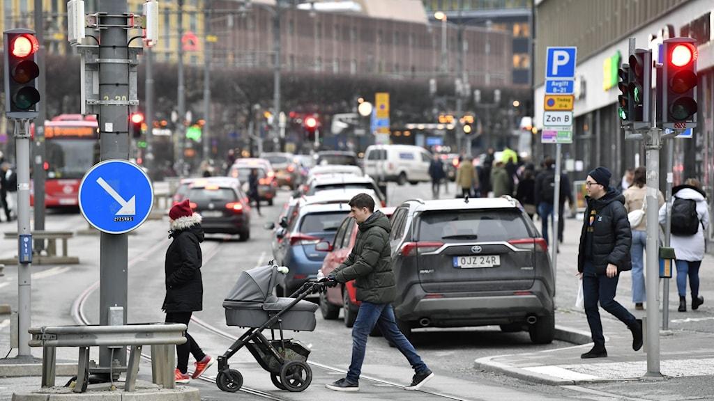 Människor går över gatan.