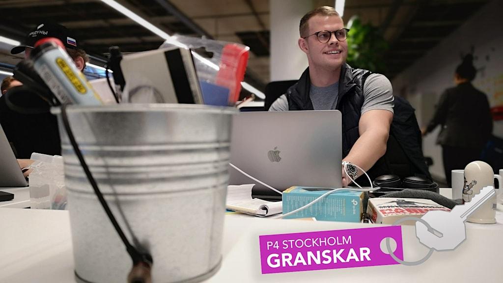 Elias Högmark vd på Guestit vid skrivbord.