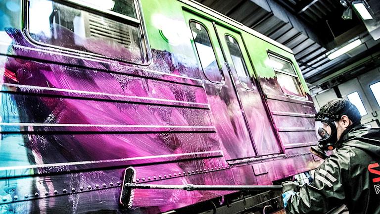 Klottersanering av tunnelbanevagn på Högdalendepån i södra Stockholm