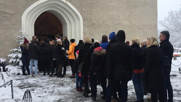 Kö till Kentmässan i Danderyds kyrka.