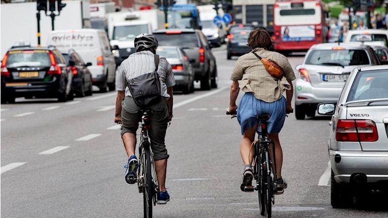 Cyklister på väg in i bussfil (arkivbild).