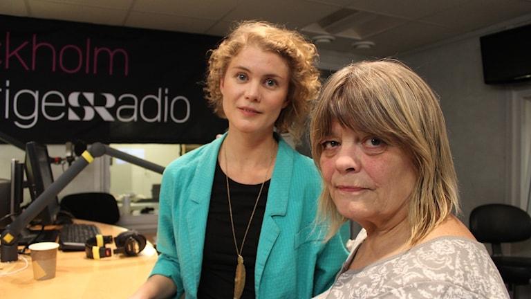 Kerstin Lithner (till höger) och Amanda Glans (till vänster), tillsammans i  P4 Stockholms studio.