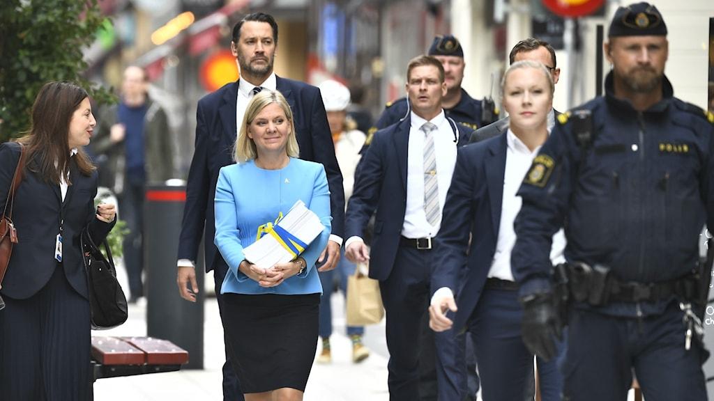 Finansminister Magdalena Andersson (S) promenerar med budgetpropositionen från Finansdepartementet till riksdagshuset