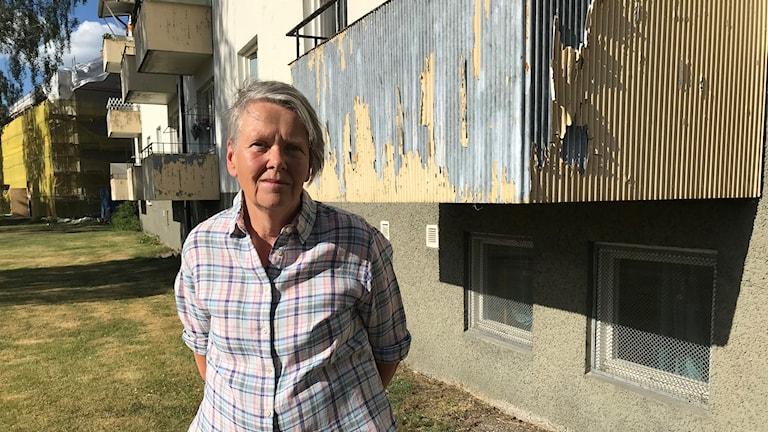 Ingrid Thomasson utanför fastigheten i Södertälje.