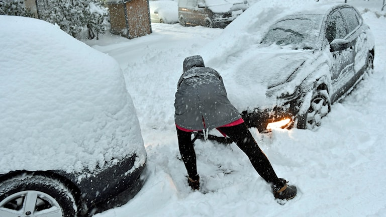 Kvinna skottar fram bilen i Stockholm