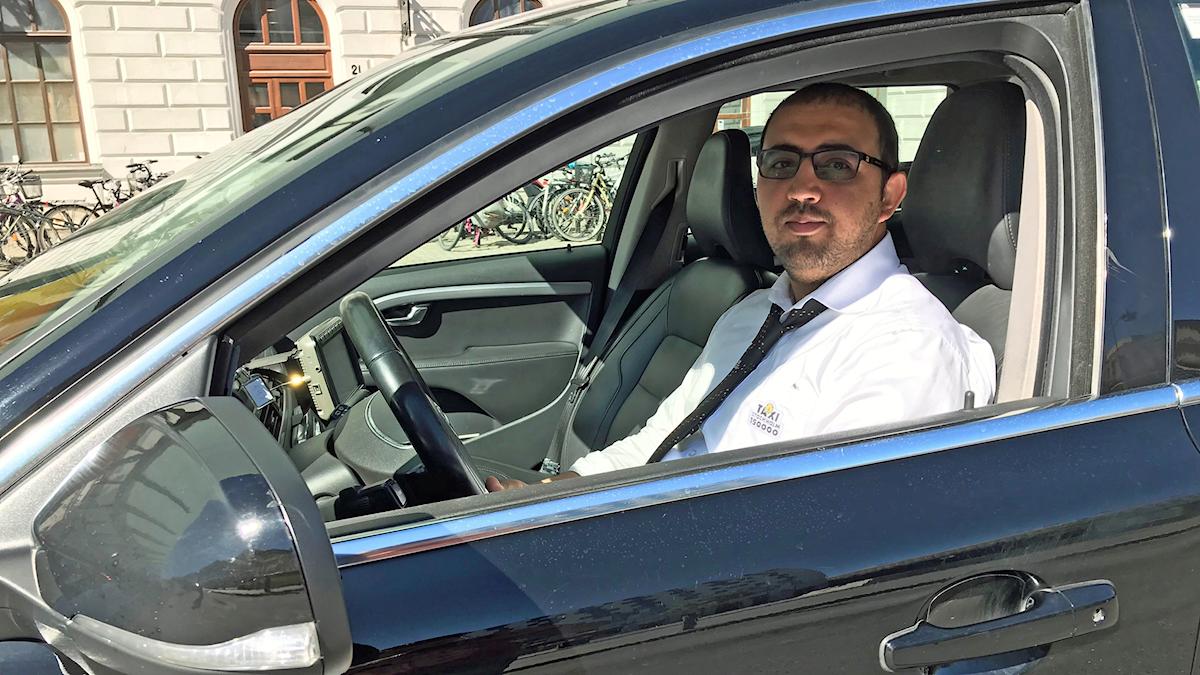 Taxichaufför Omed Afshar känner sig trygg i sin taxi. Mycket tack vare skyddskamerorna.