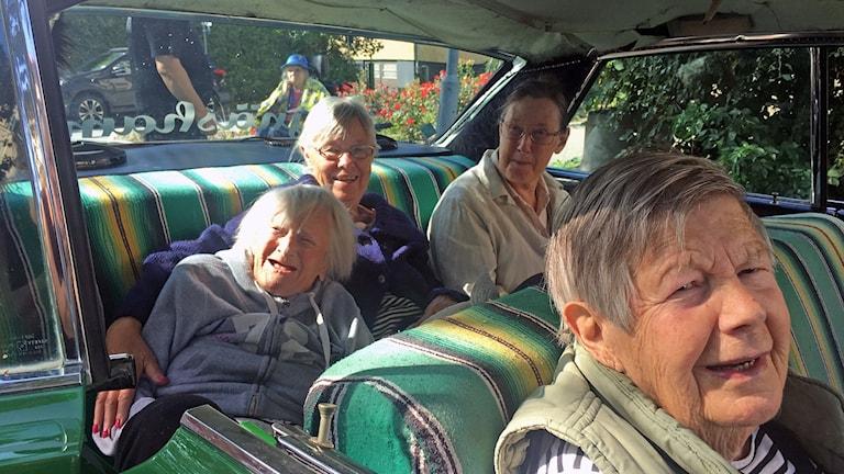 Flera pensionärer i en Impala
