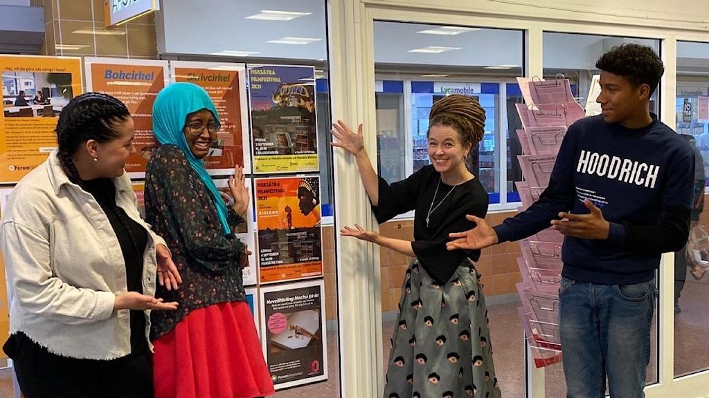 Boba Ceesay till höger, tillsammans med kulturminister Amanda Lind (MP), Huda Dahir och Domenique Bruze.
