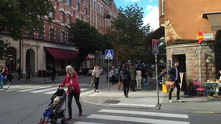 Bilarna har kommit tillbaka till Swedenborgsgatan - men nästa sommar är den igen en gågata. Foto: Olgica Lindquist/Sveriges Radio.